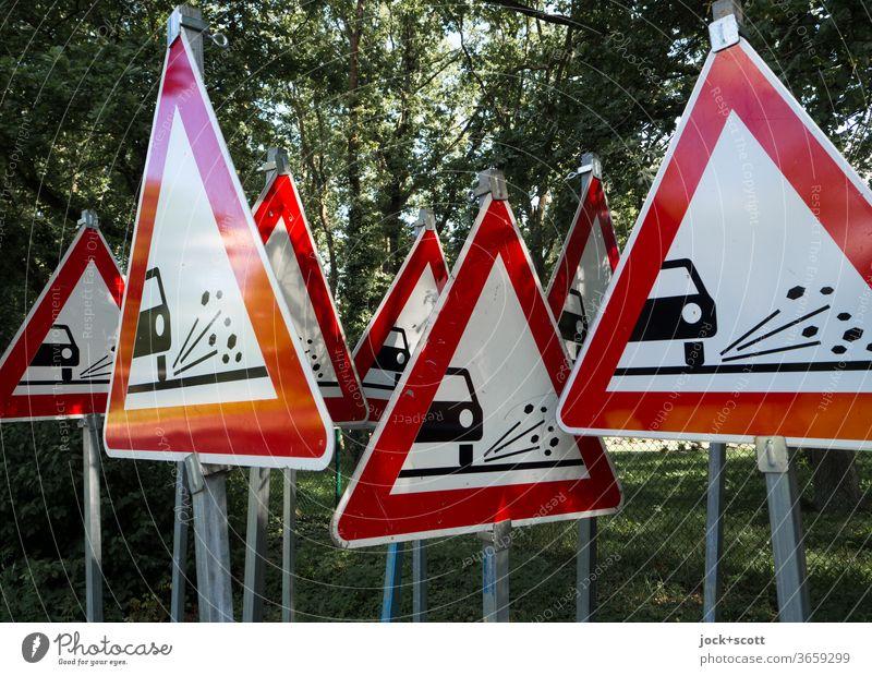 vor unkontrolliert fliegenden Rollsplitt kann man nicht oft genug warnen Verkehrsschild StVO Dreieck Verkehrszeichen viele Warnschild Sammlung rot Vorbereitung