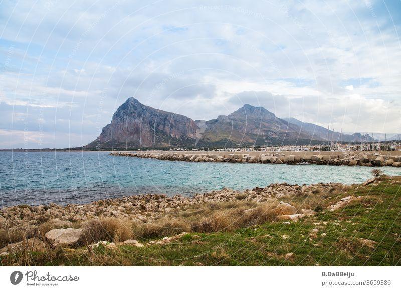 Blick auf San Vito lo Capo in Sizilien im Hintergrund der Monte Monaco mit einer Höhe von 532m. Italien Urlaub Außenaufnahme Menschenleer Europa Farbfoto