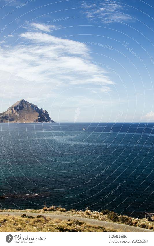 Der Monte Cofano in Sizilien überragt das blau Tyrrhenischen Meer.  Er liegt im Naturreservat, das bei Wanderern sehr beliebt ist. Italien Urlaub Aussicht Hügel