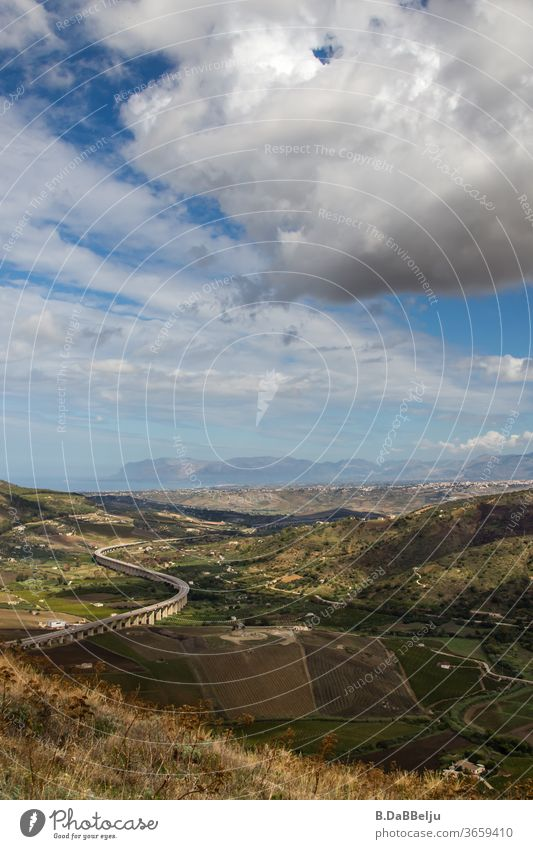 Die Autobahn schlängelt sich durch die Ebene von Segesta-Sizilien und in der Ferne blitzt das Mittelmeer. Italien Urlaub Ferien & Urlaub & Reisen Tourismus
