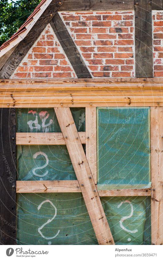 Offene Fragen Fachwerkhaus Fachwerkfassade Außenaufnahme Farbfoto Menschenleer Altstadt Haus Fassade Gebäude historisch Dorf Mauer fachwerkbau alt Wand