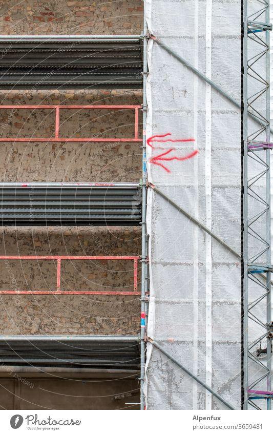 Hinweise Baugerüst Architektur Gerüst Gebäude Abdeckung Außenaufnahme Menschenleer Baustelle Farbfoto Schutz Wand Tag baustelle Haus Fassade Sanieren Sicherheit