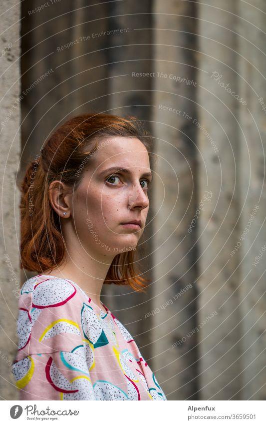 die Beobachterin Frau Frauengesicht Junge Frau Porträt 18-30 Jahre Gesicht Außenaufnahme beobachten beobachtend Haare & Frisuren feminin schön natürlich Blick