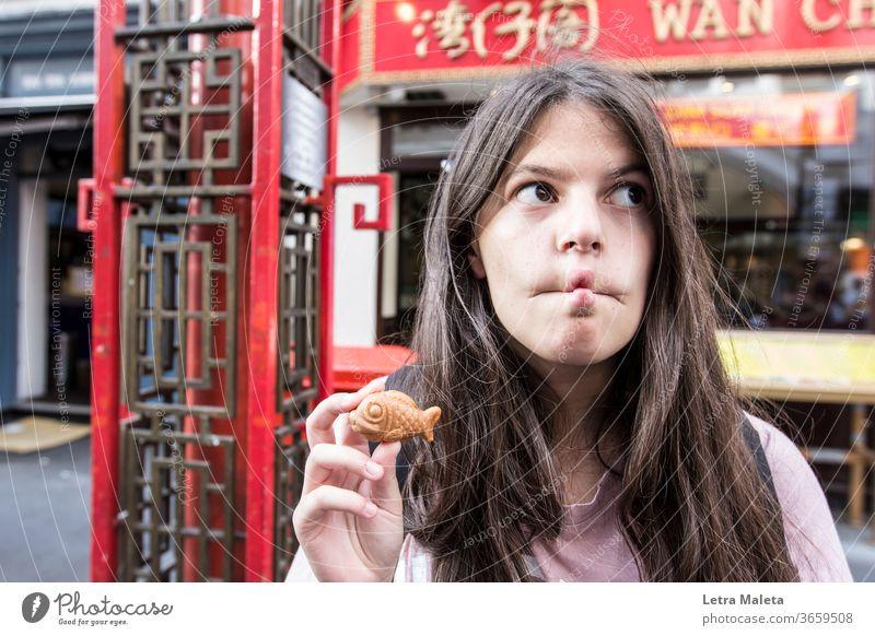 Mädchen lustig Fisch Gesicht in Chinatown lustiges Gesicht Fischgesicht Fischkeks süßer Fisch London rot Teenager Fischlippen Fischmaul Fischfutter Städtereise