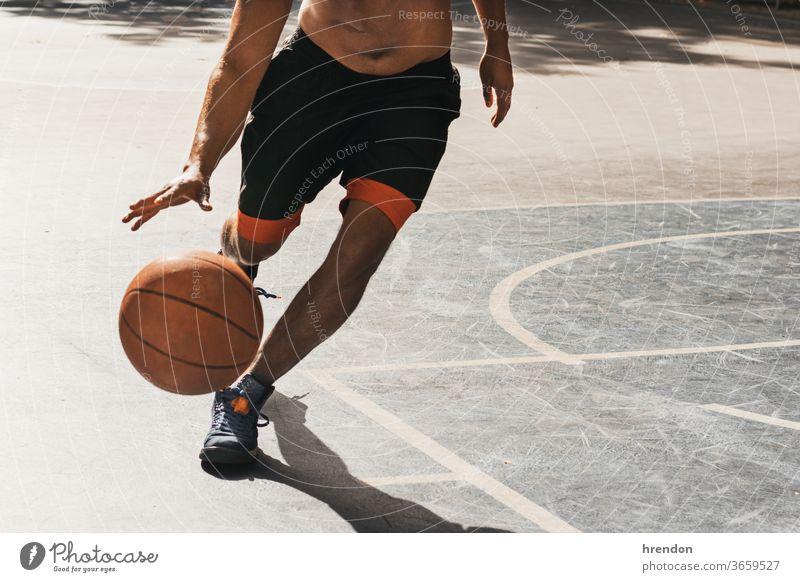 nicht erkennbarer junger Mann spielt Basketball Sport Konkurrenz Ball Spiel sportlich wettbewerbsfähig spielen Spielen Übung männlich trainiert. anstrengen