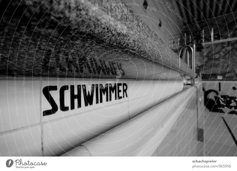 Bitte Wasser einlassen! alt weiß schwarz Gebäude grau geschlossen leer Schwimmbad Bauwerk Sprungbrett Sportstätten stilllegen Schwimmhalle