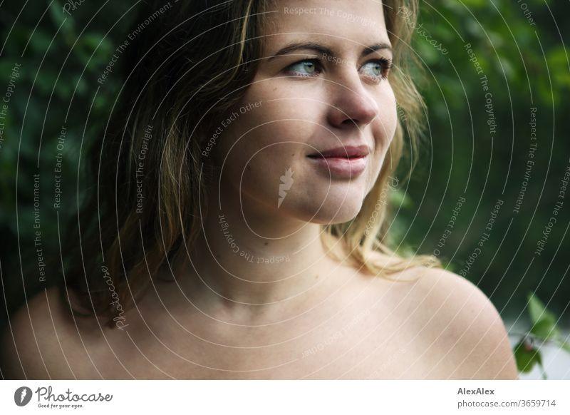 Nahes Portrait einer jungen Frau vor einem Wald lockig weiß Reinheit Glück Schönes Wetter Ausflug Erwartung Sonnenlicht Freude Nahaufnahme feminin Tag