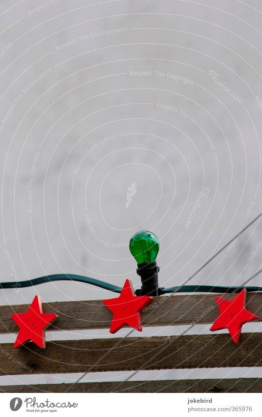 Drei Sterne Glühbirne Lampe Holzbrett Kabel Ornament Streifen Stern (Symbol) diagonal 3 grün rot Beleuchtungselement einfach Außenbeleuchtung Jahrmarkt Farbfoto