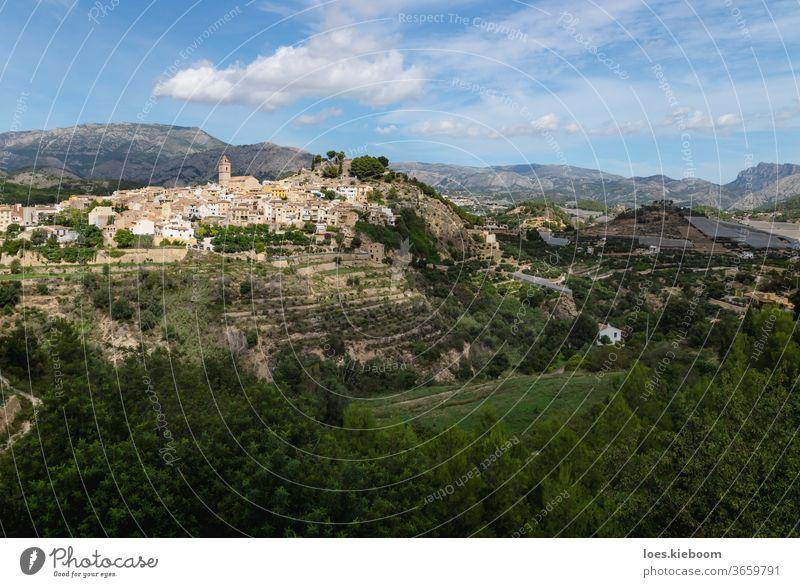Panoramablick auf die Hügel von Polop de Marina mit Kirche und Schloss über grünem Wald an der Costa Blanca, Spanien polop Berge u. Gebirge reisen Architektur