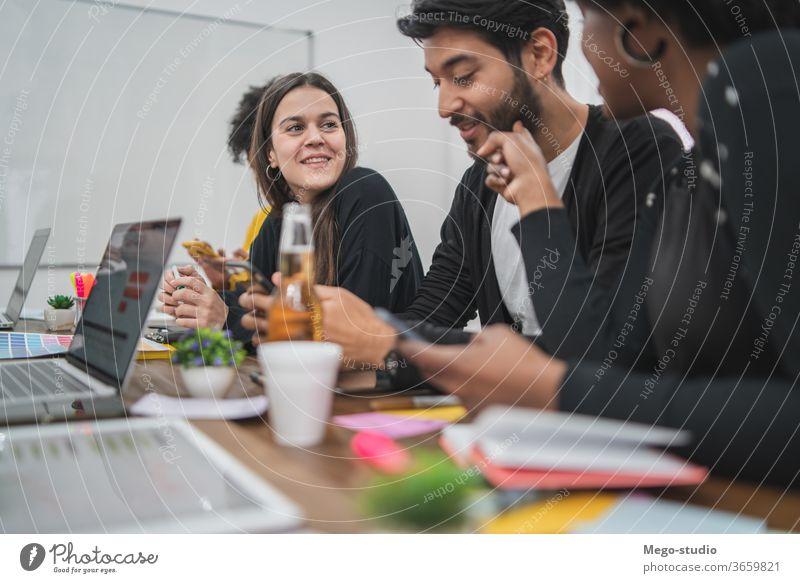 Kreative Designer, die gemeinsam in einem Projekt arbeiten. Zusammensein Unternehmen planen Tisch Brainstorm-Idee lässiges Coworking Partnerschaft modern