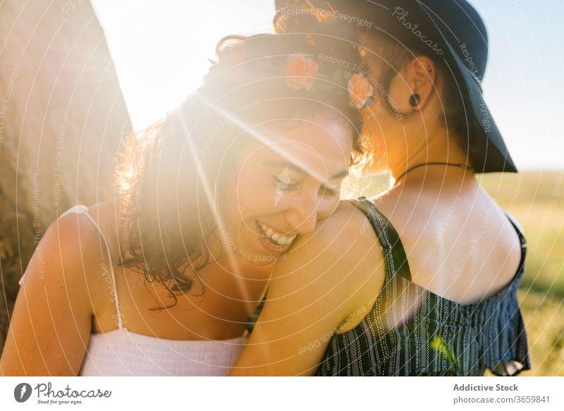Freudiges lesbisches Paar kuschelt bei Sonnenuntergang Homosexualität Umarmung Frauen Sommer Zusammensein Partnerschaft schlendern Freundin Zuneigung Umarmen