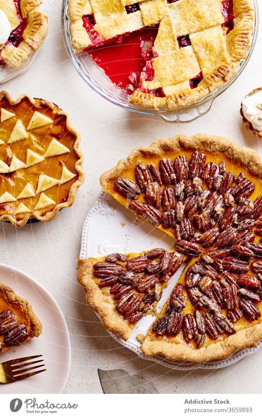 Draufsicht auf eine Vielfalt von Danksagungstorten Pasteten Erntedankfest Lebensmittel Pekannuss Apfel Kürbis Varieté Saison Herbst backen Abendessen