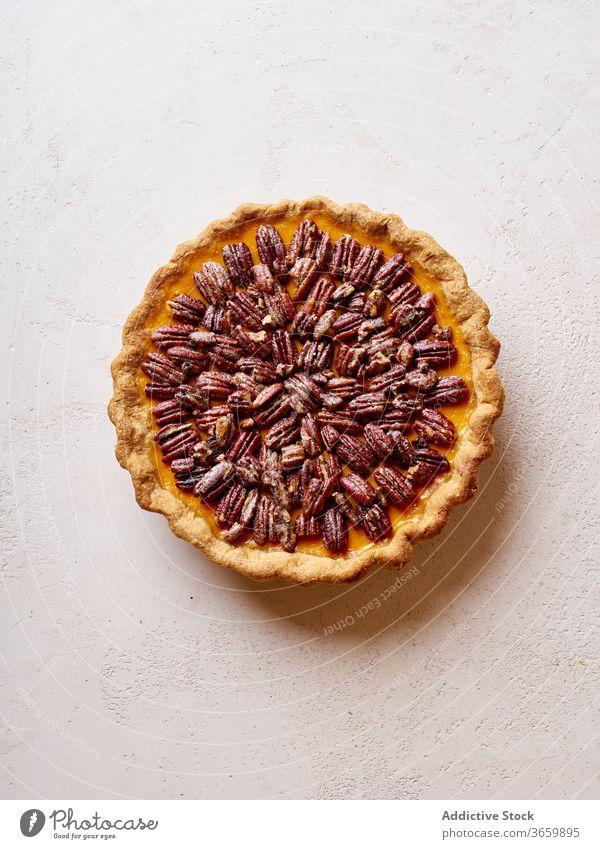 Überkopf-Bild von Pecan-Kürbiskuchen Pasteten Erntedankfest Lebensmittel Pekannuss Varieté Saison Herbst backen Abendessen saisonbedingt rund traditionell