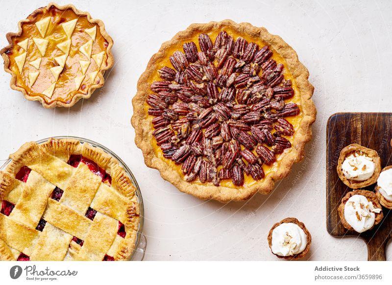 Draufsicht auf die Vielfalt der Danksagungstorten Pasteten Erntedankfest Lebensmittel Pekannuss Apfel Kürbis Varieté Saison Herbst backen Abendessen