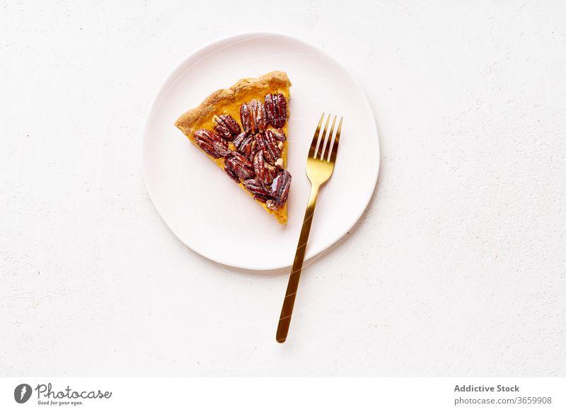 Überkopf-Bild einer Pekannuss-Kürbiskuchenscheibe Pasteten Erntedankfest Lebensmittel Varieté Saison Herbst backen Abendessen saisonbedingt rund traditionell