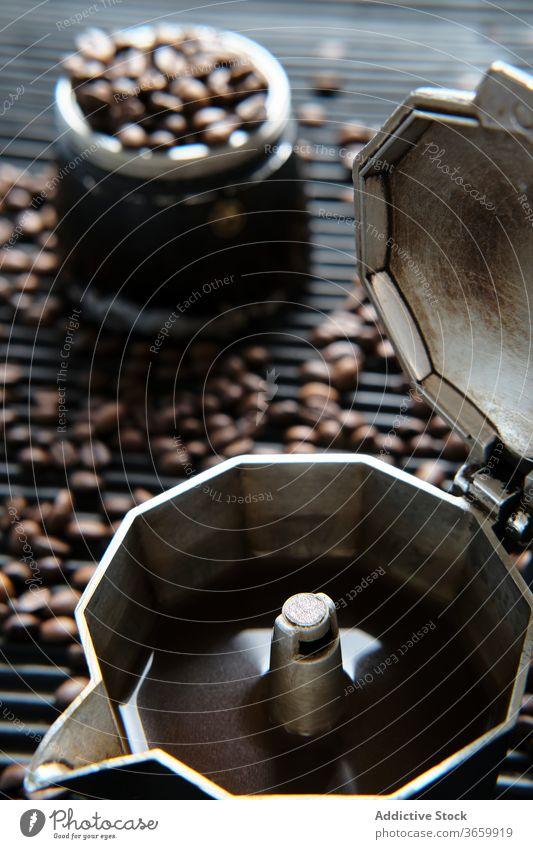 Kaffee in der Kaffeekanne und Kaffeebohnen auf dem Tisch Bohne Tradition Kaffeemaschine Getränk trinken aromatisch Geysir frisch Tasse Koffein Aroma natürlich