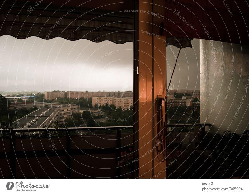 Wettern dass Himmel Stadt Haus dunkel Fenster kalt Wand Gebäude Mauer Deutschland frisch nass Bauwerk Unwetter gruselig eckig