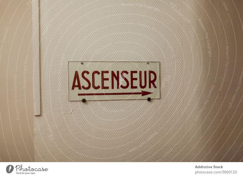 Französische Beschilderung ascenseur, die zum Aufzug führt Schild Pfeil Fahrstuhl rechts gerade Wand navigieren Hinweisschild Wegweiser Aufschrift Angabe