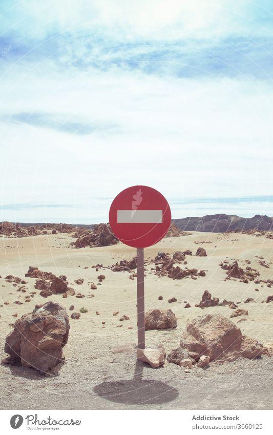 Einfahrtsverbot auf trockener Wüstenstraße kein Eintrag Verkehrsschild Straße verbieten wüst einfache Fahrt Rechteck Regelung Vorsicht Einschränkung stoppen