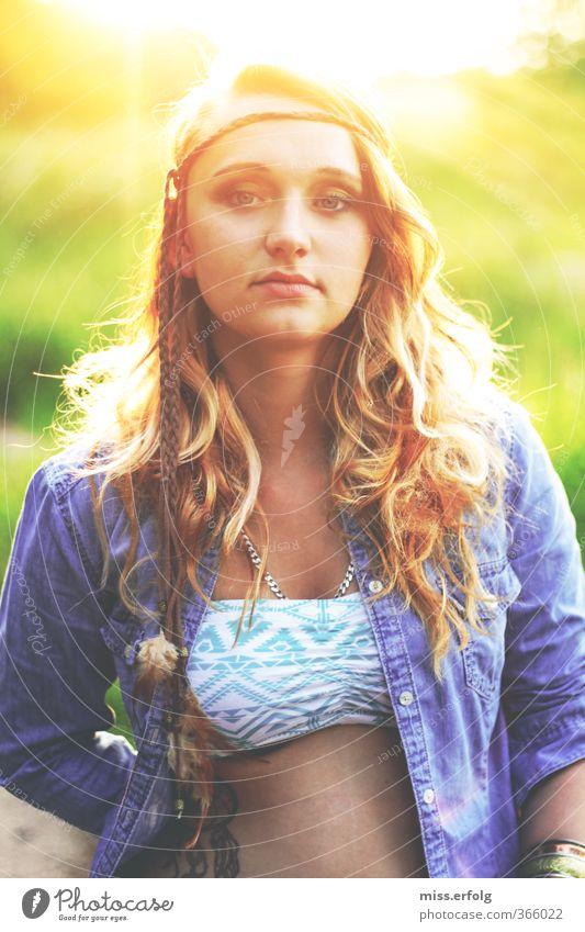 Be The Rainbow Mensch Frau Natur Jugendliche blau schön grün Junge Frau Landschaft 18-30 Jahre gelb Erwachsene kalt dunkel Umwelt feminin