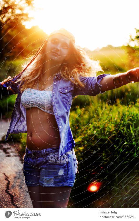 Tanz dich frei! Mensch Frau Kind Natur Jugendliche schön Junge Frau Freude Erwachsene 18-30 Jahre Umwelt Liebe Leben feminin Erotik Gefühle