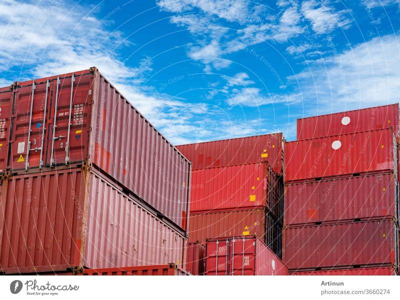 Container-Logistik. Fracht- und Schifffahrtsgeschäft. Containerschiff für Import- und Exportlogistik. Container-Frachtbahnhof. Logistische Industrie von Hafen zu Hafen. Container im Hafen für Lkw-Transport.