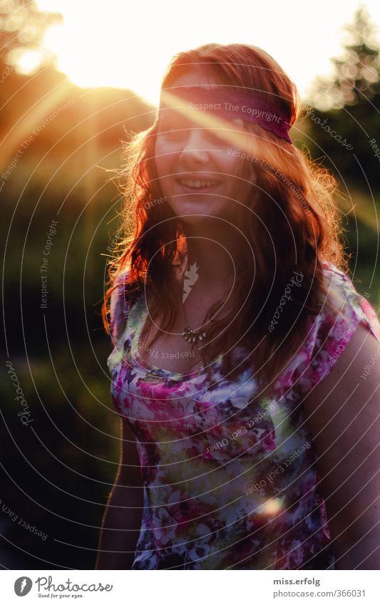 WolkenLos gezogen Jugendliche schön Pflanze Landschaft Freude Junge Frau Erwachsene 18-30 Jahre Erotik lachen Haare & Frisuren Freiheit Kopf träumen orange gold