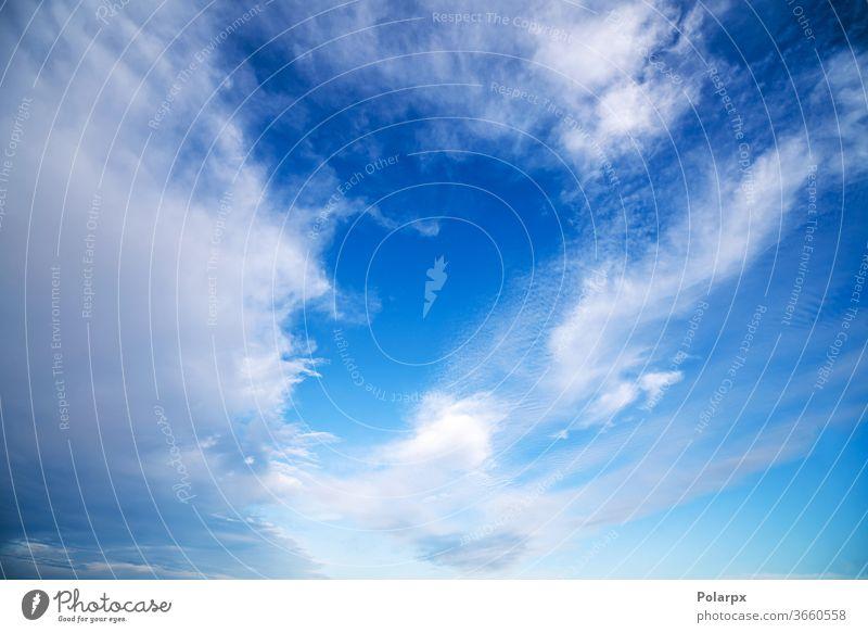 Blauer Himmel mit dramatisch weißen Wolken natürlich Freiheit abstrakt pulsierend Textur Wind fluffig Air Sauerstoff Hintergrund Tageslicht malerisch Horizont