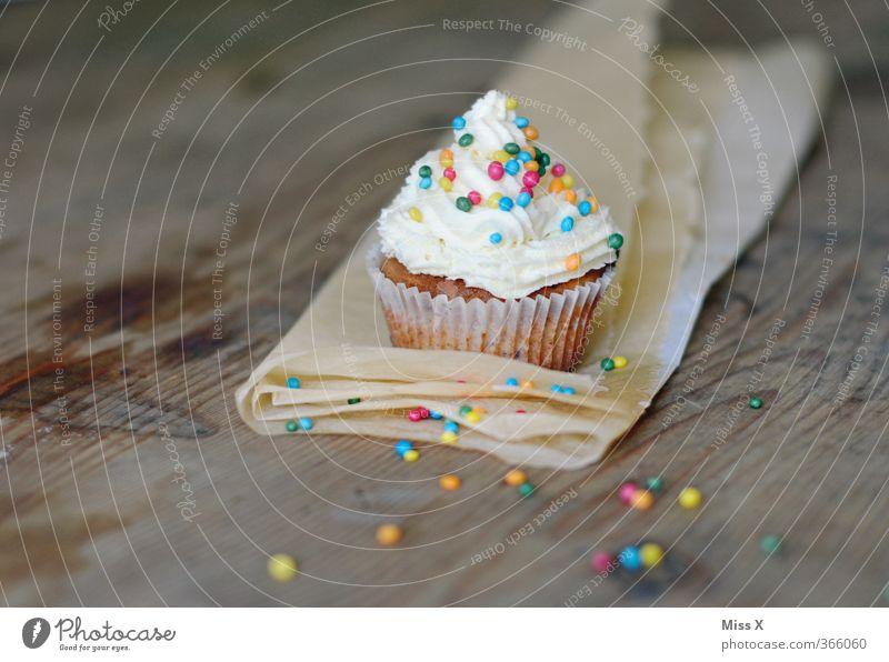 Frisch gebacken klein Feste & Feiern Lebensmittel Geburtstag Ernährung süß Kochen & Garen & Backen Süßwaren lecker Frühstück Kuchen Backwaren Zucker Sahne