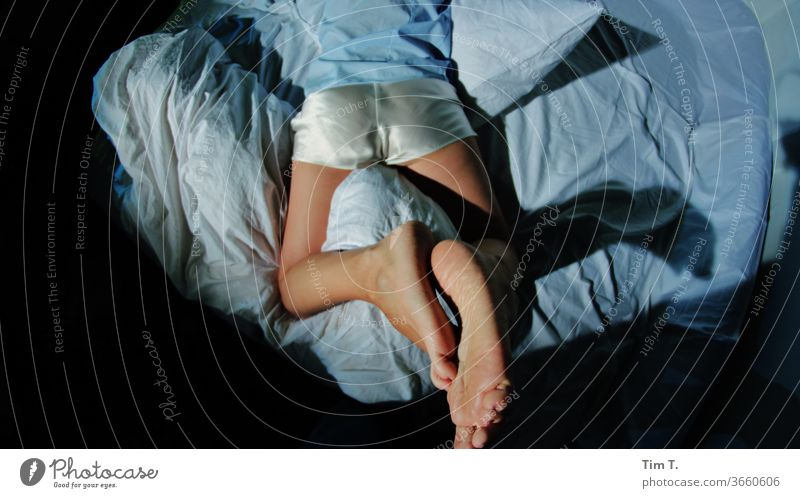Nachts so Bett schlafen relaxen Satin Müdigkeit Schlafzimmer träumen Bettdecke liegen Mensch Bettwäsche Farbfoto Innenaufnahme Frau ruhig Erwachsene