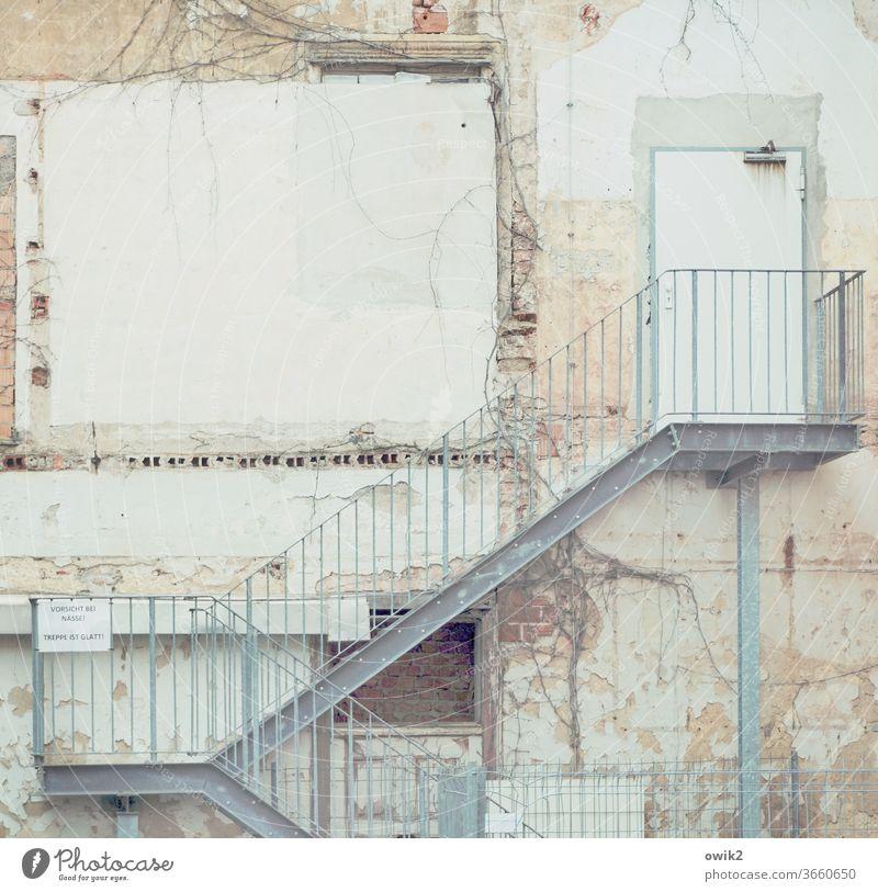 Tendenz steigend Torgau Sachsen Deutschland Kleinstadt Stadtzentrum Fassade Wand Mauer Gebäude Haus Tür Treppe Treppengeländer Beton Metall