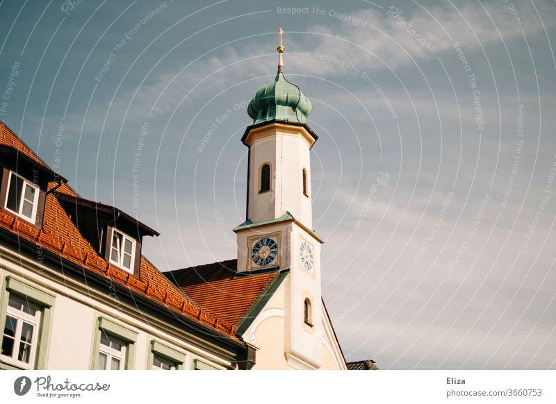 Kirchturm vor Himmel Kirche Religion & Glaube Kirchturmspitze Gebäude Kirchturmuhr idyllisch Sonnenschein türkis rot