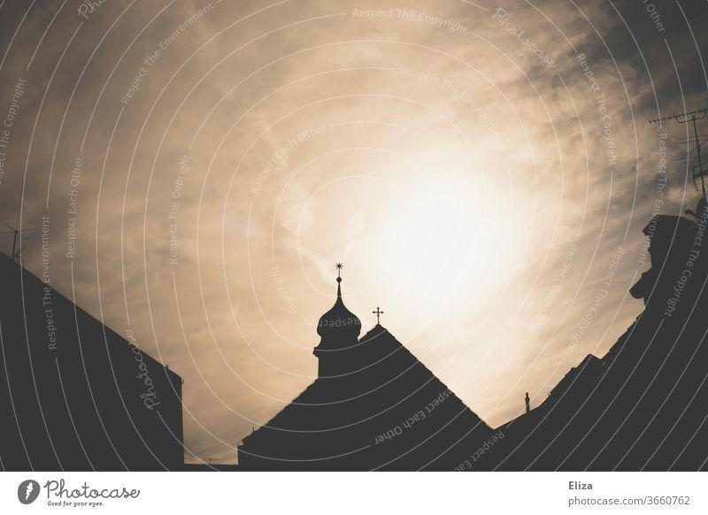 Silhouette einer Kirche mit Kirchturm im Gegenlicht Gotteshaus Glaube Religion & Glaube Christentum imposant heilig Spiritualität Licht Sonne eindrucksvoll