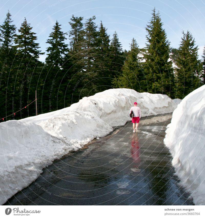 in den kanadischen flaggenfarben Vancouver kanada schnee urlaub ferien ski skifahren berge mountains rot weiß landschaft tannen amerika weg gehen