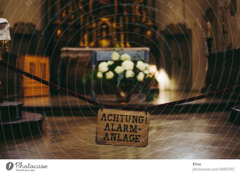 Achtung Alarmanlage: Gott sieht alles. Dibstahl Kirche Altar kostbar Diebstahlschutz Diebstahlsicher Religion & Glaube heilig Reichtum Gotteshäuser Christentum