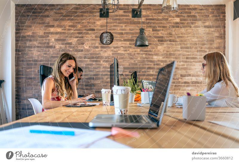 Personen, die in einem Coworking Office arbeiten Coworking-Büro Geschäftsfrau Mitarbeiter Teamwork Telefon Mitteilung sprechend Menschen Job professionell