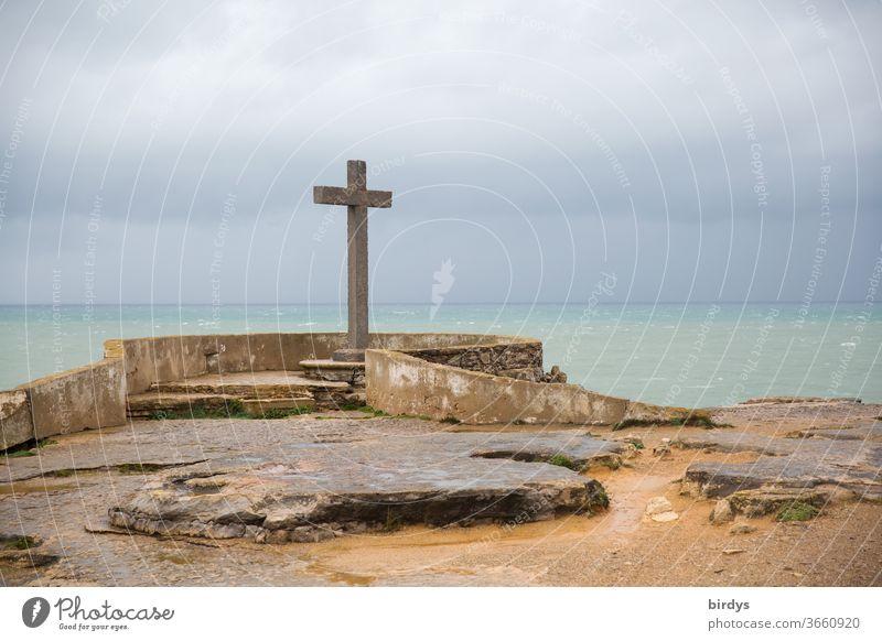 Steinkreuz an Portugals Atlantikküste bei Peniche Kreuz Religion Christentum Symbol Religion & Glaube katholisch Aussichtspunkt christlich Küste Wolken bewölkt