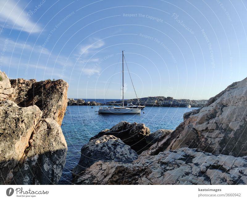Anlegestelle für Segelboote in ruhiger, von Felsen umgebener Bucht Segeln Boot Wasser Urlaub reisen Freiheit Sommer Segelschiff Ferien & Urlaub & Reisen Meer