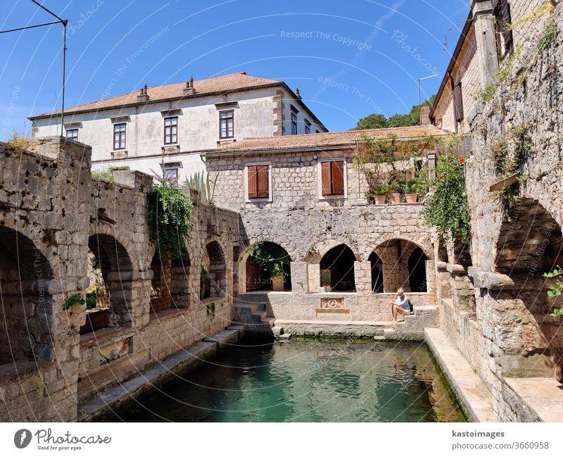 Alter mittelalterlicher Fischteich, Garten und Taubenschlag im Schloss Tvrdalj in Stari grad, Insel Hvar, Kroatien. Burg oder Schloss historisch Architektur
