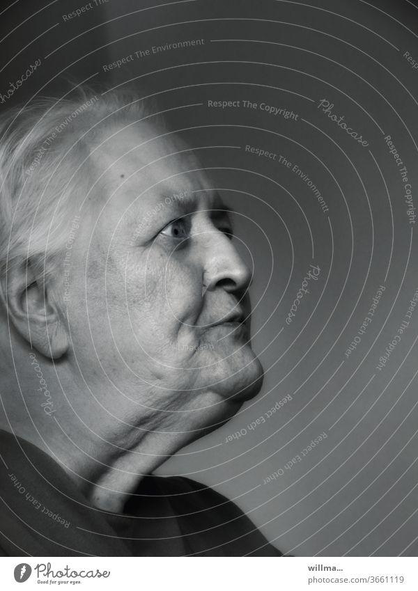 Überraschte Seniorin überrascht Rentnerin ungläubig Alter Mimik Profil Porträt Ruhestand 80s sw alt Frau Hautfalten Alterserscheinungen gealtert alte Frau