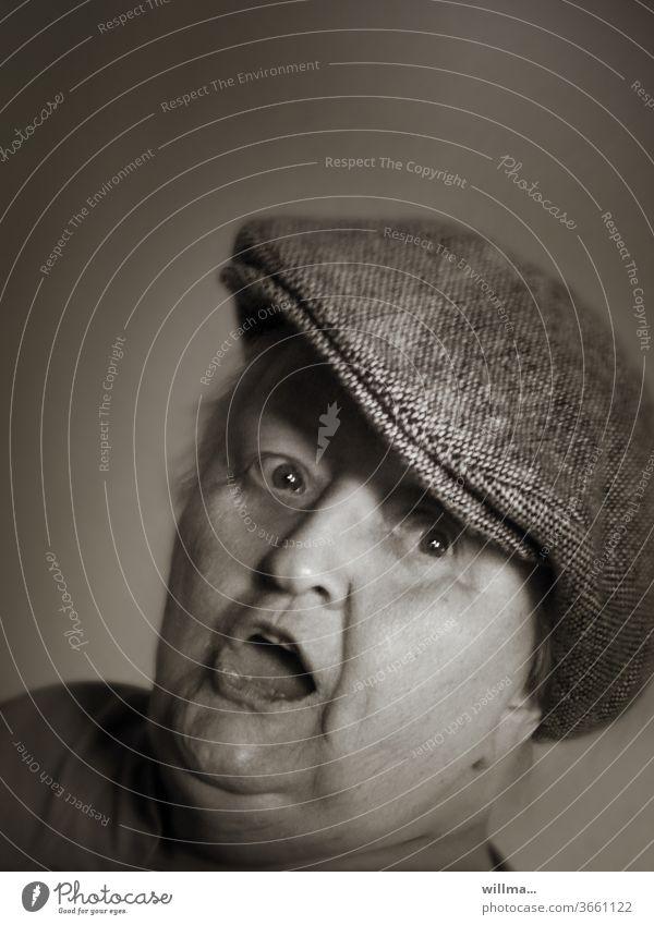Unternehmungslustige Rentnerin quietschfidel Porträt Schiebermütze offener Mund erstaunt vergnügt gute Laune Seniorin Spaß 80 putzmunter guter Dinge posen frech