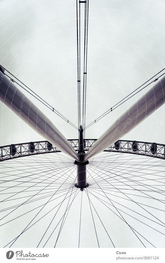 Riesiges Riesenrad von unten London Straße Ausflug Urlaub London Eye Perspektive Architektur Metall Wahrzeichen Tourismus Sightseeing Großbritannien Städtereise