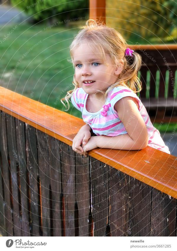 Das bezaubernde Mädchen schaut neugierig geradeaus. Porträt eines jungen kaukasischen Mädchens. Kindergesicht mit hübschen Augen und Blick voller Emotionen. Ausdruck der Freude. Blondine mit hübschem Gesicht.