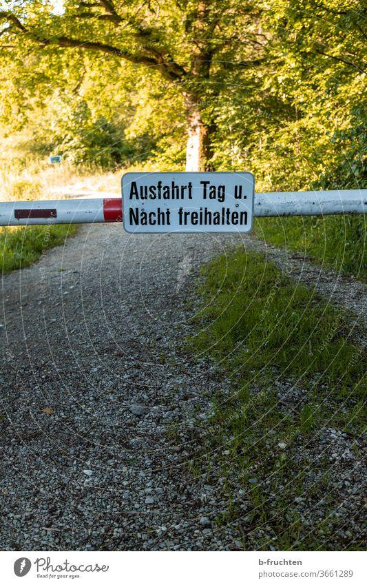 """Schranken mit Schild """"Ausfahrt Tag und Nacht freihalten"""", Forststraße, Natur weg Schilder & Markierungen Sperre sperren absperrung Hinweisschild Warnschild"""