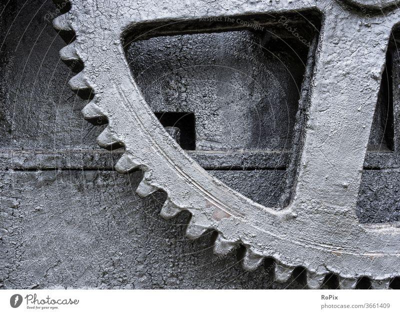 Zahnrad an einer historischen Maschine. Getriebe gearing gearbox Mechanik Technik machine Ritzel Stirnzahnrad Verzahnung cogwheel gearwheel clockwork