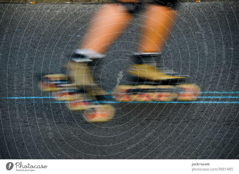 Inlineskates rollen auf Linien ihrem Ziel entgegen Inline Skating Inline skates Freizeit & Hobby Sport Beine Bewegungsunschärfe sportlich fahren Genauigkeit 1