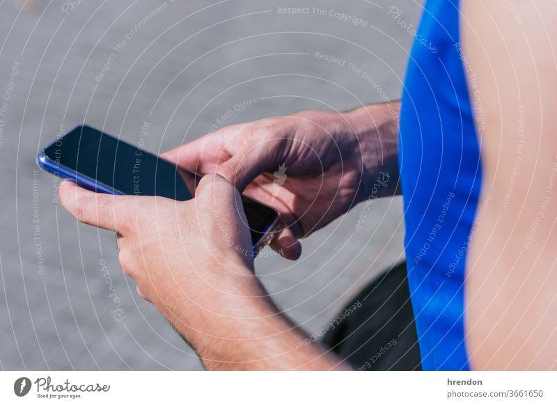 nicht erkennbare Person, die ihr Smartphone benutzt Technik & Technologie Business Mitteilung Internet Gerät Hand unkenntlich Handy Telefon Geschäftsmann