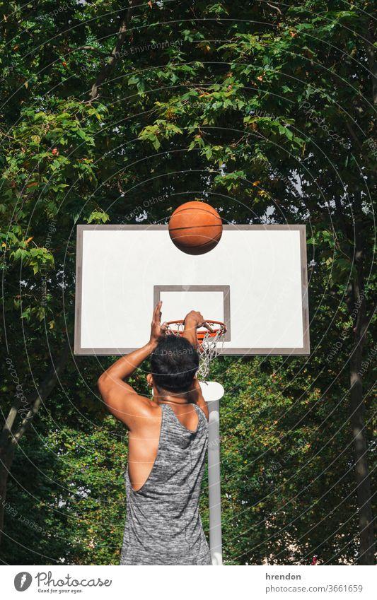junger Mann vor dem Korb, der den Ball wirft Sport Basketball Konkurrenz Spiel sportlich wettbewerbsfähig spielen Spielen Übung männlich trainiert. anstrengen