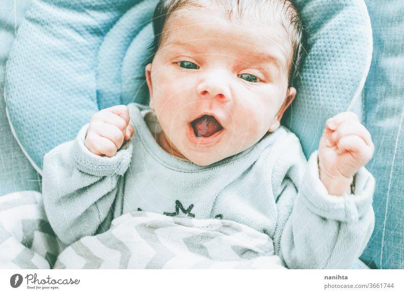 Schönes kaukasisches Mädchen mit Neugeborenen Baby Gesicht niedlich neugeboren Kind Geburt erste Monat Junge Familie Tochter Sohn lieblich bezaubernd wirklich
