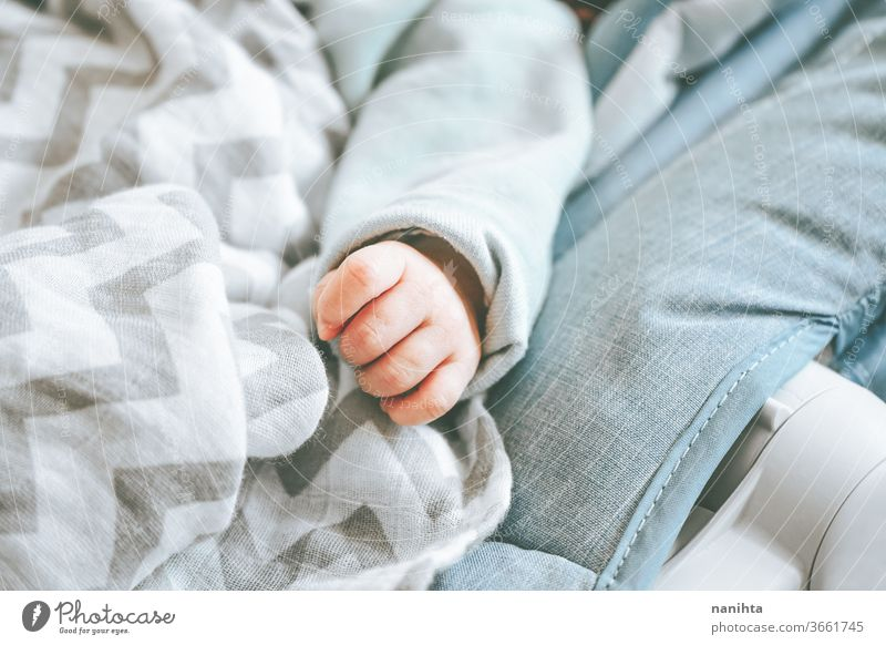Kleine Hand eines Neugeborenen Baby Liebe niedlich neugeboren Kind Geburt erste Monat Mädchen Junge Familie Tochter Sohn lieblich bezaubernd wirklich müde